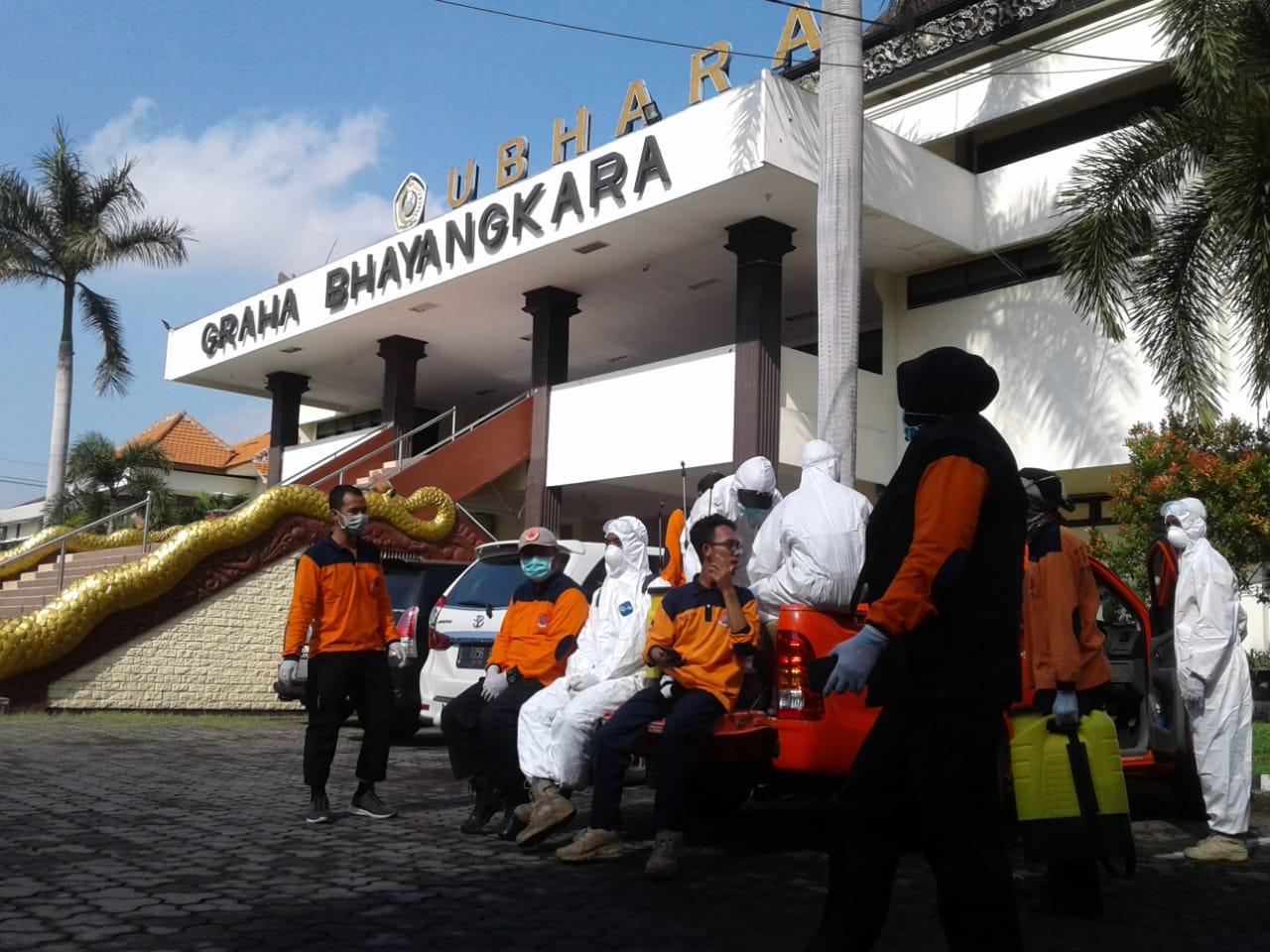 Penyemprotan Disinfektan di Lingkungan Ubhara Surabaya